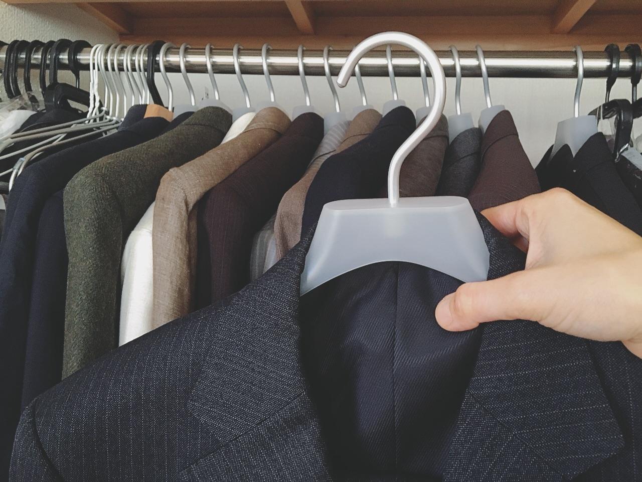 無印良品公式HPはこちらから 無印良品のポリプロピレンハンガー紳士用です。 夫のスーツ上下をこの1本でカバーしてくれる心強さ。 スラックスがずり落ちない仕様になっ  ...