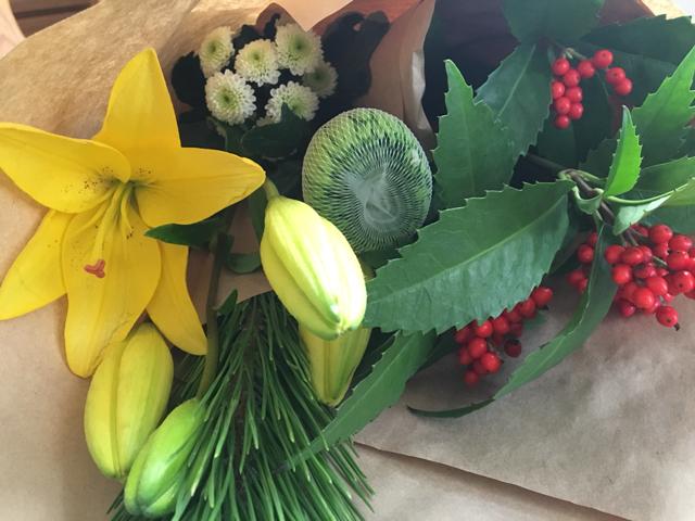 そして、花屋で花を買ってきました。 松と千両。他は好きな花3種をチョイスしました。