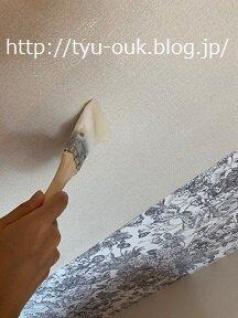 壁紙職人、壁紙を貼りなおす。