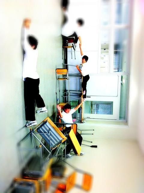 【学校】校舎が崩壊しちまった…!!!