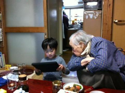 【ほっこり】5歳児が95歳のおばあちゃんにiPad