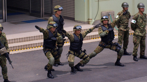 上下迷彩服で身構える自衛隊員の衝撃の姿