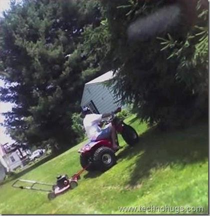 芝刈り機を歩いて押すのが面倒