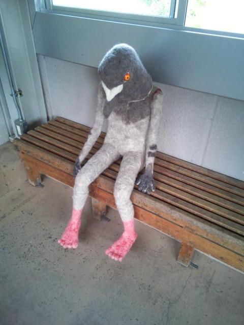 【日常】駅の待合室にある鳥の置物(?)キモすぎワロタ