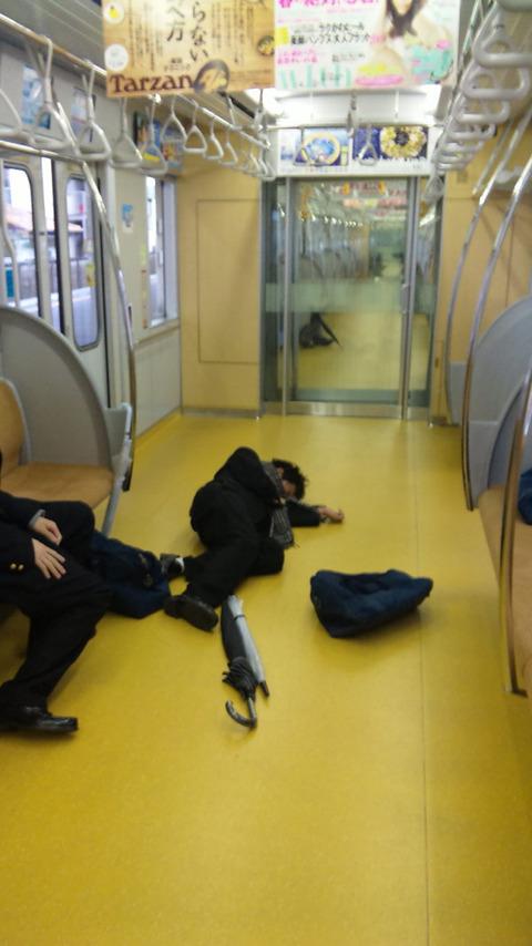 【日常】電車で寝ちゃう人って、どんだけ疲れてるの?