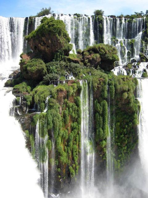 【自然】聖剣刺さっててもおかしくない、イグアスの滝