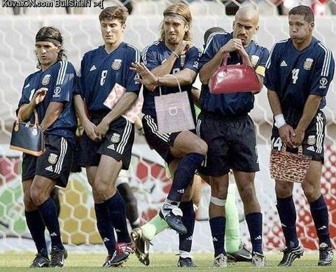 【おもしろ】サッカーのPK時の選手にバッグ持たせると女子力ぱねえ