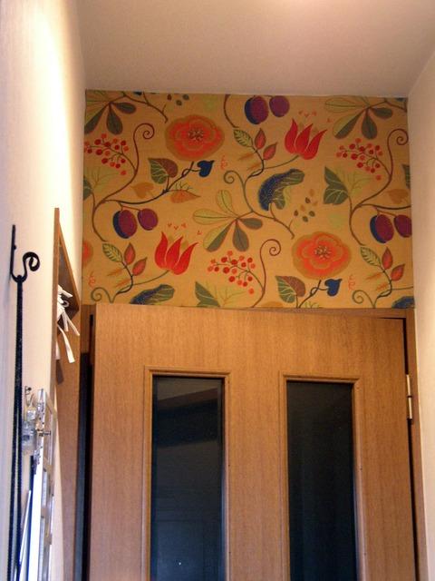 【北欧アンティーククロスを壁紙に!】小さい壁に両面テープで貼っています☆ 壁の汚れを隠すため!