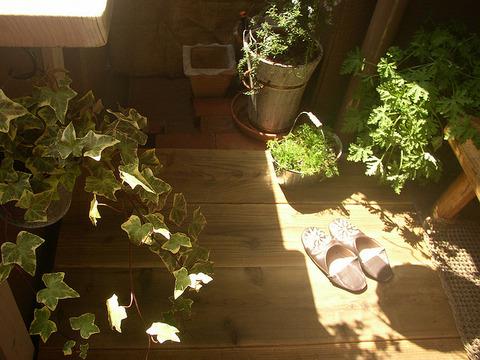 【ベランダの床】足場板の古材を敷いて、段差解消+美観アップ!