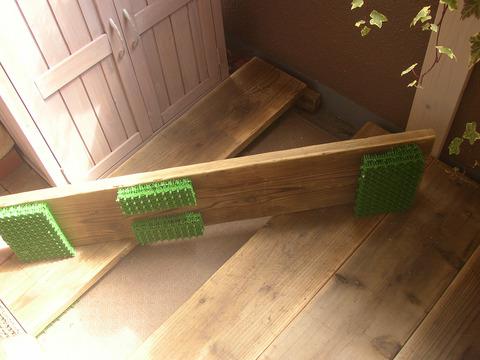 【ベランダの床】足場板の古材を敷いています