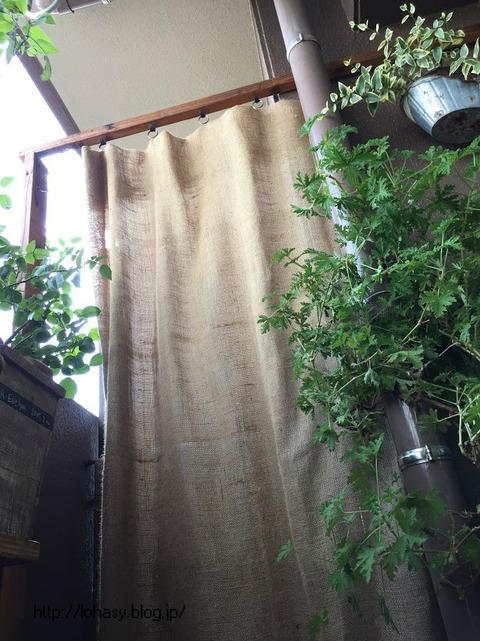 【ベランダに、麻のカーテンを掛けました!】隣との境の避難壁を塞がず、エレガントに隠せますよ ^ ^ カーテン金具は100均セリア&ダイソーで購入☆