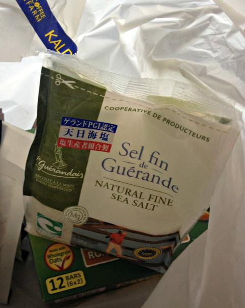 【ゲランドの塩】『料理研究家16人が教える こだわりの調味料BOOK』 に載っていた塩が KALDI にあったので買ってきました~☆ 甘くて美味しい、灰色のオシャレなお塩です!