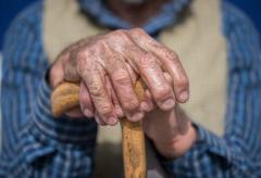 年収800万円でも貧困老人に? 「道端の草食べていた70代も」