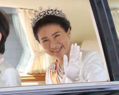 新皇后雅子さま、陛下に寄り添い笑顔 ティアラ受け継ぐ