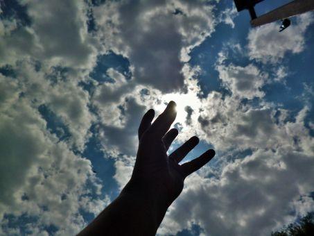 空に伸ばす手(欲望)