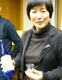 菊姫の焼酎を試飲するマダム