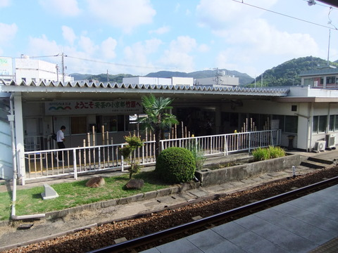 竹原駅ホームから改札口