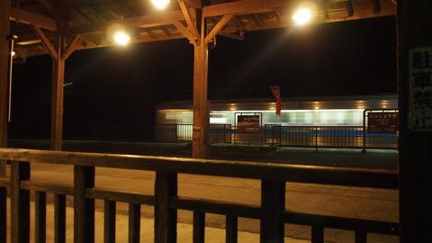 一勝地駅ホームに列車が
