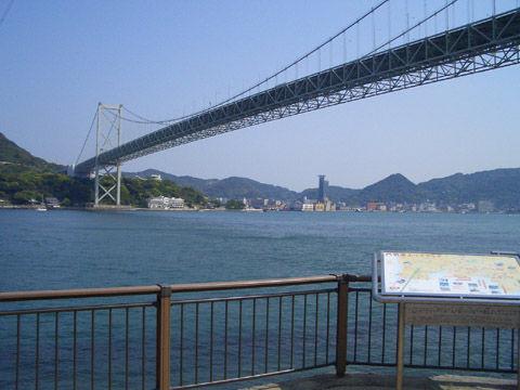 みもすそ川公園から関門橋を望む