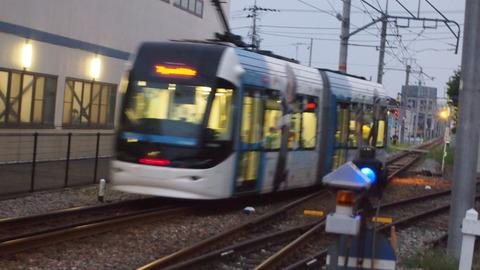 07ラッピング電車とすれ違う