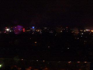ホテルの窓からの夜景
