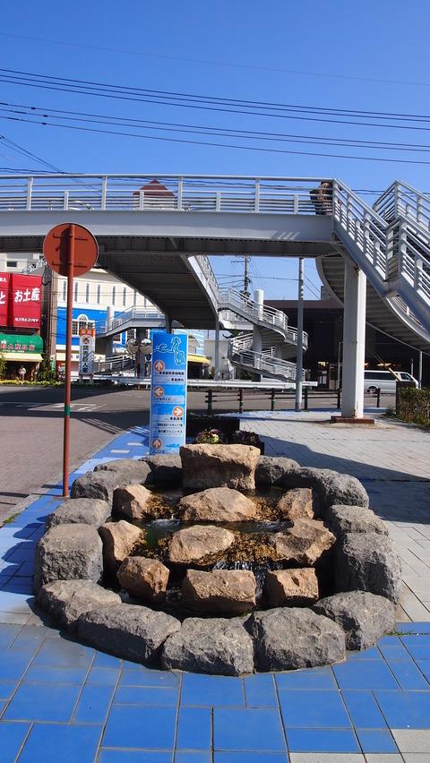 青島駅への道にある水路