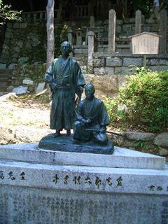 墓の前の坂本龍馬と中岡慎太郎の像