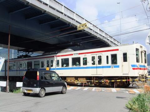 駅近くの踏切(電車あり)
