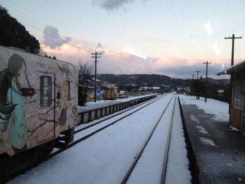 能登中島駅で花いろ電車と交換