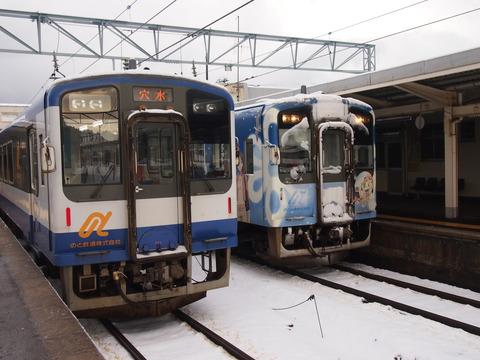 のと鉄道通常塗装と花咲くいろは列車(和倉温泉駅)