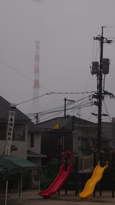 11雨に烟る煙突