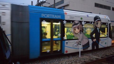 05ラッピング電車とすれ違う