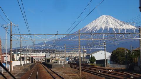 30東海道線車内から見た富士山