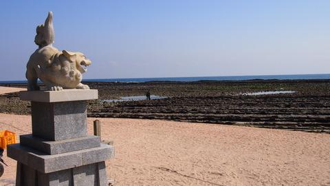 海を睨む狛犬