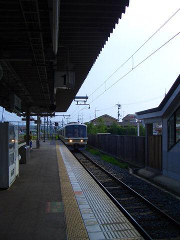 加茂駅ホームに入る快速電車