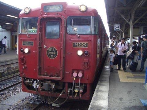 人吉駅停車中のいさぶろう号.jpg