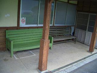 ホームのベンチ