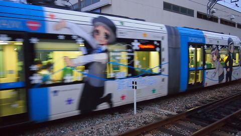06ラッピング電車とすれ違う