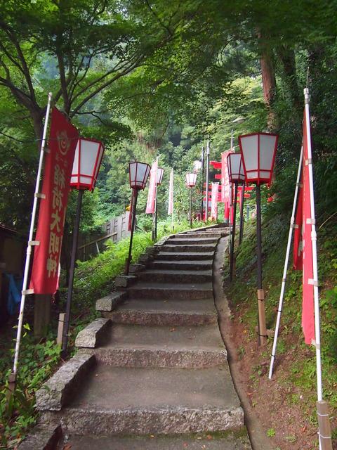 02湯涌稲荷神社への階段