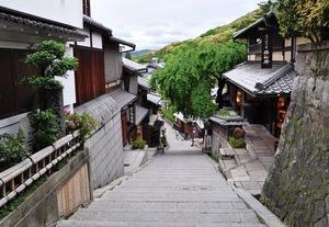 清水寺の近くに三年坂という坂があり、「三年坂で転ぶと三年で死ぬという伝説」がある
