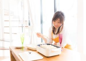 家に帰ると姉がガラスボウルに入れた生肉を食べていた。