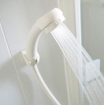 隣の部屋からシャワーの音がする・・・
