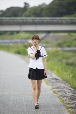 バス停に女子高生がたっていた。顔を見ると俺だった。