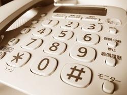 死んだ姉の部屋の電話が鳴った。受話器を取ると・・・『うしろ』 ・・・いま振り向いてはいけない。本能がそう告げているような気がした。