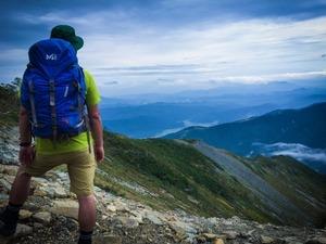 「登山の時はすれ違う人と挨拶するもんですよ!」でも、相手の顔が見えないんだ。