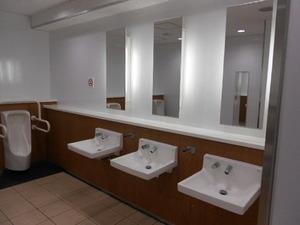 女子高のトイレ。個室の中からドンドンと叩く人がいる。