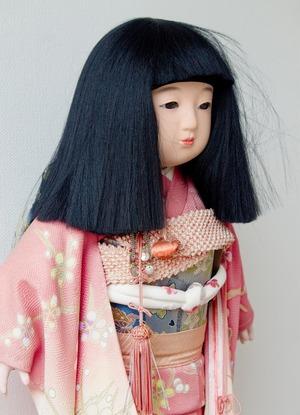 雛人形がいっせいに、音もなく首を 左右に振って笑っていました。
