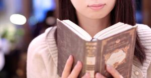 手には古びたハードカバーの本を持っていて「やっと見つけた」と一言だけ言って、その本を俺に手渡してきた