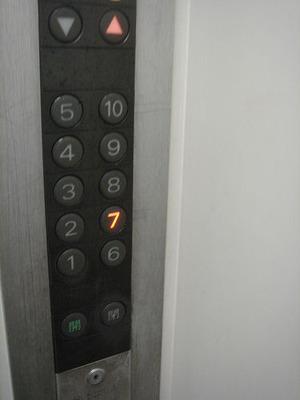エレベーターは12階を過ぎても上昇し13階で停止した。このビル、12階建てなのに。