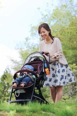 公園で隣に座った若いお母さんと、ベビーカーに乗った赤ちゃん。赤ちゃんをあやしていると突然大人の声で赤ちゃんがしゃべった。